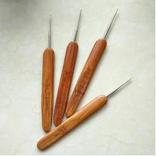 Крючок 1.0 с деревянной ручкой
