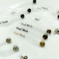 "Бирка ""Hand Made"" силиконовая на кобурной кнопке 71×14 мм(серебро)"