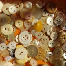 Пуговицы пластиковые микс (все по 10 тнг)