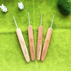 Крючок 1.5 с деревянной ручкой